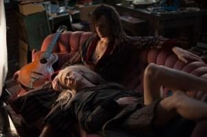 Evas egoistiske og ubetænksomme  søster Ava, der senere samme aften 'drikker' fyren ved siden af, til stor fare og besvær for Adam og Eve.