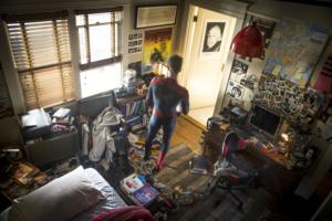Ikke kun Peter Parkers teenage-værelse er et rod, men også i hans hoved virker det ekstravagante helteliv og hverdagslivets skrøbelige kærlighed uforeneligt.