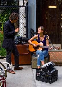 Dan og Greta er enige om musik, men uenige om livets valg. Foto: SF Film.