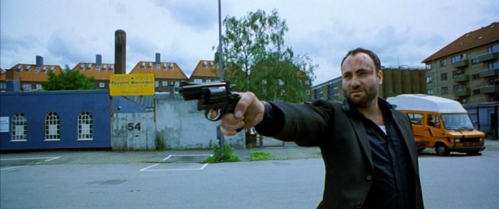 Leo (Kim Bodnia) på randen af sammenbrud i en af de mest voldelige scener. (Foto: La Rabbia)