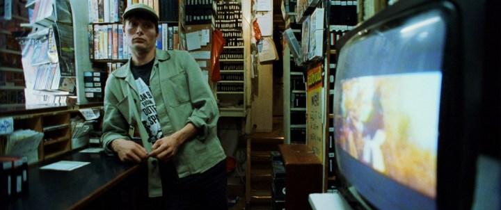 Mads Mikkelsen i rollen som den generte nørd, Lenny i Video & Filmudlejningen på Nørrebro. (Foto: La Rabbia)
