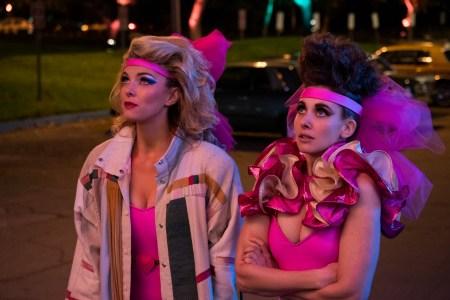 Hovedpersonerne Debbie (Betty Gilpin) og Ruth (Alison Brie) fordøjer deres nye tilværelse. (Foto: Netflix Media Center)