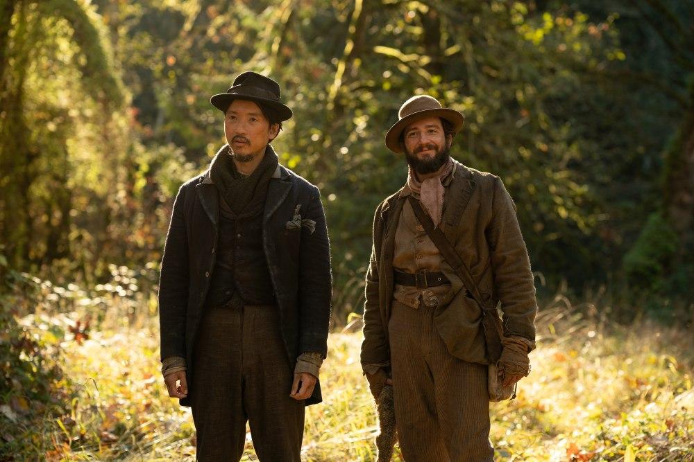 King Lu (Orion Lee) og Cookie (John Magaro) søger lykken i en version af det gamle vesten, man sjældent har set før. (Foto: A24)