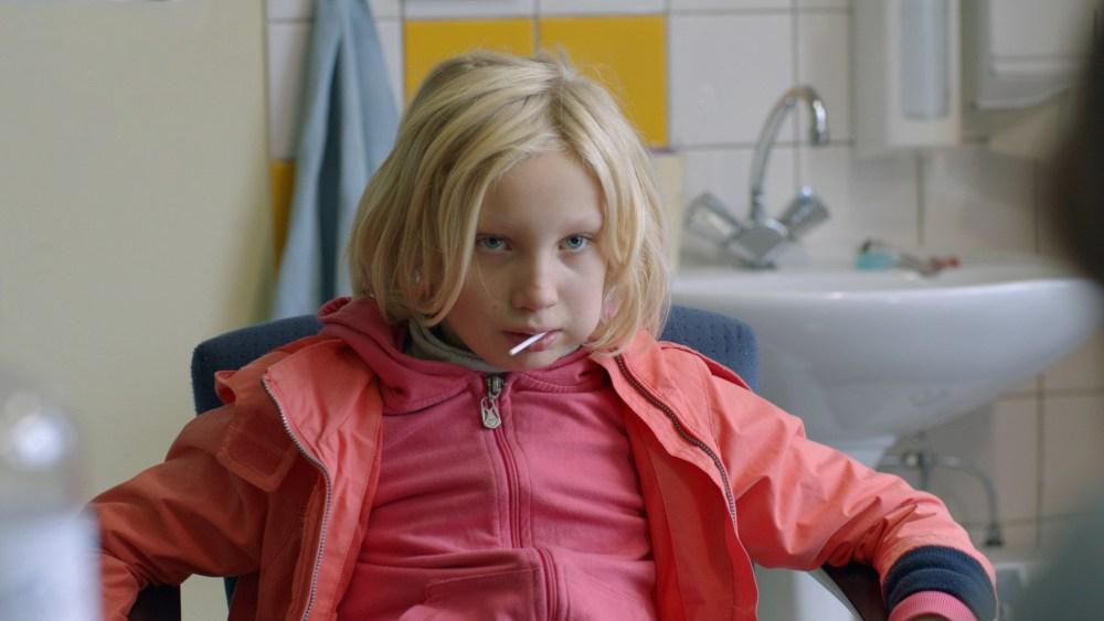 Helena Zengel viser imponerende evne som Benni, et voldeligt problembarn, det tyske pædagogsystem ikke helt kan håndtere. (foto: Angel Films)