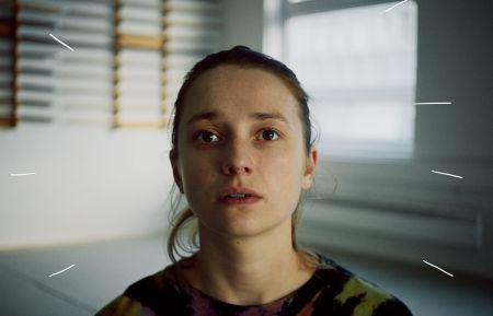"""""""Før alle hendes problemer melder sig, prøver Rakel (Kristine Kujath Thorp) aikido. Og så får fantasien ellers frit løb. (Foto: Paradis Bio)"""""""