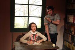 Quenelle hälsning intill en vaxdocka föreställande den judiska flickan Anne Frank
