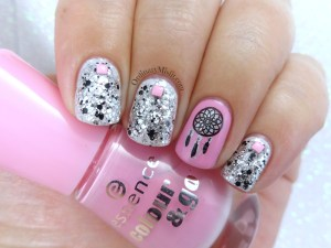 Glitter dream catching nail art