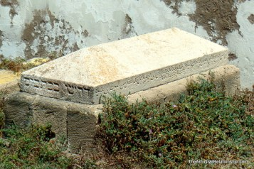 The multiple languages on the grave show the confluence of cultures in Essaouira