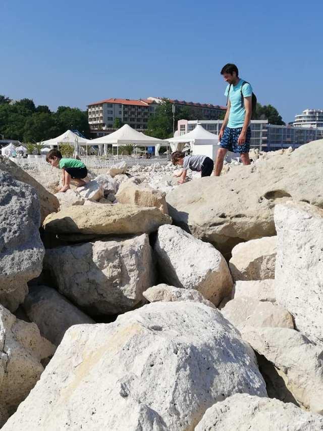 cu tati pe pietre