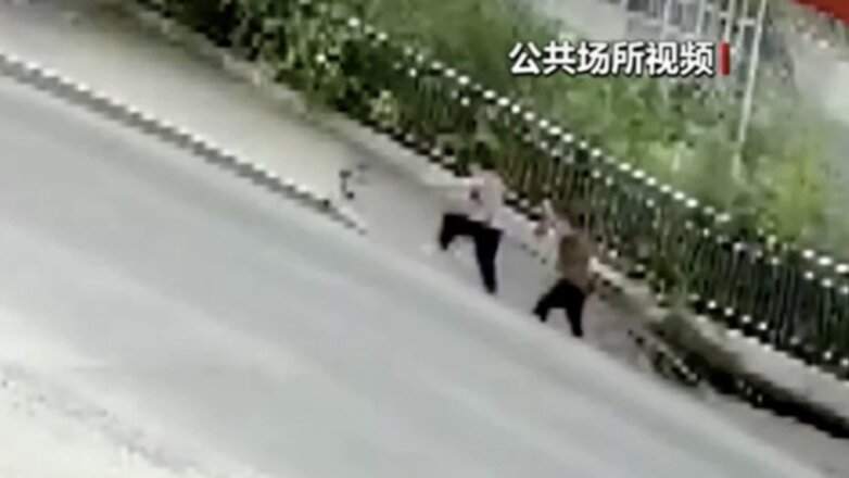 In China two women fell into a sinkhole VIDEO