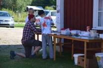 Viktor Lindbäck lär barn att göra kalejdoskop.
