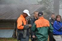 Alla nya tjärbrännare får en näverstjärna av Allan Nordmark - här får Abdusallam sin.
