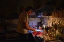 Strömavbrottet varade i flera timmar. Så lite efterrättspyssel i skenet av pannlampa och stearinljus.