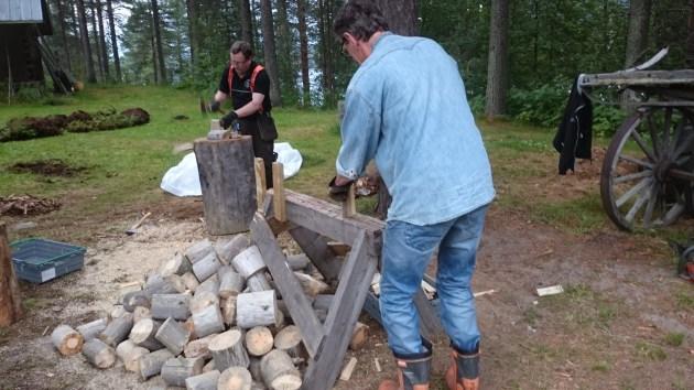 Stefan och Sture, flitiga medhjälpare med torrfuran
