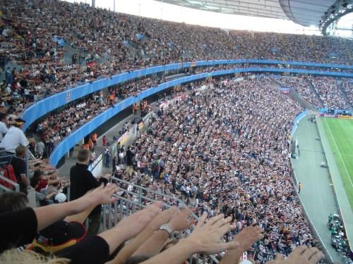 La foule faisant la vague à la Coupe des confédérations à Francfort en 2005