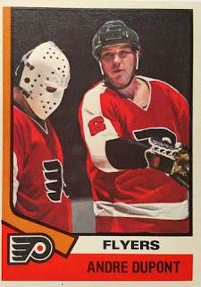André «Moose» Dupont dans l'uniforme des Flyers de Philadelphie, carte de joueur
