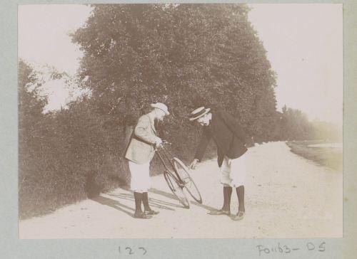«Deux hommes penchés sur un vélo sur une route de Pontoise», photo attribuée à Delizy, 1897