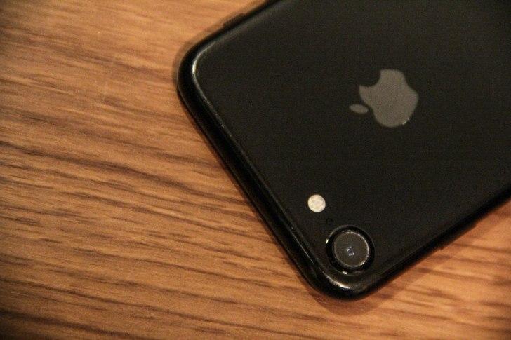 iPhone7のカメラ部分の傷の写真