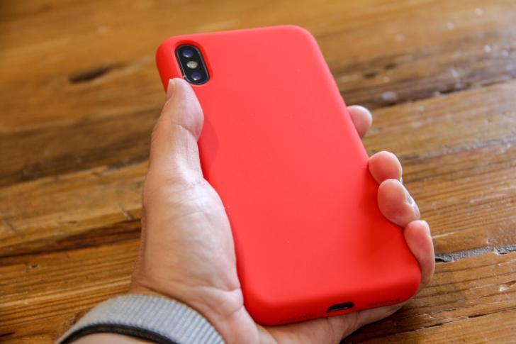iPhone X Jasbon シリコンケースを手で持っている写真