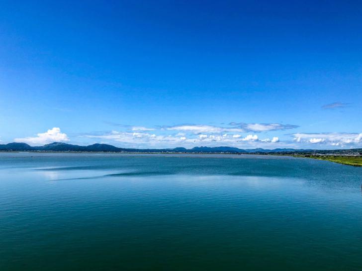 夏に撮影した海と山の写真