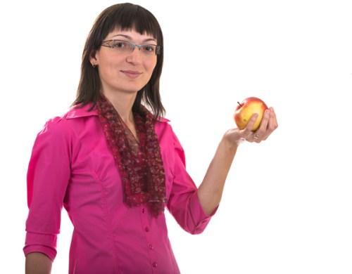 alina_stand_apple_resize
