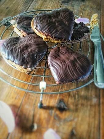 Valentijnskoekjes met chocolade, Valentijn koekjes, Valentijn koekjes bakken, Valentijn koekjes recept, Valentijnskoekjes maken, Valentijnsdag koekjes, Zoete valentijnskoekjes, Valentijnskoekjes, Valentijn chocolade koekjes, Valentijn recepten, Hartjes koekjes, koekjes met pindakaas, pindakaaskoekjes, gezonde koekjes, biologisch, biologisch recept, biologische foodblog, organic happiness