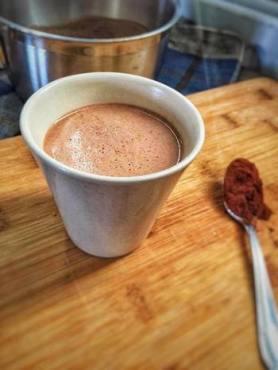 Vegan warme chocolademelk, Warme chocolademelk, Warme chocolademelk maken, De perfecte kop warme chocolademelk, Maak zelf een perfecte warme chocomel, Warme chocolademelk maken, De lekkerste chocolademelk maak je thuis ook gewoon zelf, Zelf chocolademelk maken, Zelf warme chocolademelk maken met cacaopoeder, Warme chocolademelk gezond, Vegan hot chocolate, Vegan warme chocolademelk zonder suiker, Recept vegan chocolademelk, Havermelk chocolademelk, Chocolademelk maken, organic happiness, biologisch, biologische foodblog