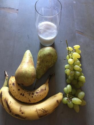 banaan smoothie met druiven, banaan smoothie, druiven smoothie, fruit smoothie met banaan druif en peer, smoothie banaan, smoothie peer banaan