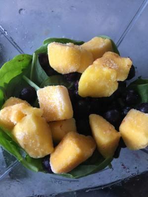 mango smoothie met spinazie, groene smoothie met spinazie en mango, spinazie mango smoothie, spinazie smoothie, smoothie spinazie gezond, smoothie spinazie mango amandelmelk, smoothierecept, gezonde smoothie, organic happiness, biologische foodblog, biologisch