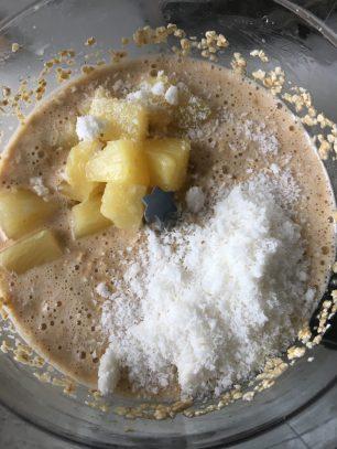 Ananas cake met kokos, Ananascake met kokos, Kokos-ananascake, Ananas cake maken, Ananas cake recept, Ananascake, Recept voor ananascake, Gezonde ananascake, Cake met stukjes ananas, Cake met ananasstukjes, organic happiness, biologische foodblog, biologisch