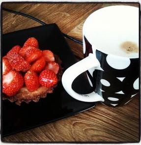 Aardbeien gebakjes, Aardbeien gebakjes zelf maken, Aardbeien gebakjes maken, Aardbeien gebakje, Aardbeien gebakje maken, Aardbeientaartjes, Zandtaartjes met aardbeien, Aardbeien recepten, Aardbeien tartelette, Aardbeientaartjes maken, Aardbeientaartjes met zanddeeg, Snelle zomerse aardbeien taartjes, Gebakjes maken, Zomerse aardbei tartelettes, Organic Happiness, Biologisch, Biologische Foodblog
