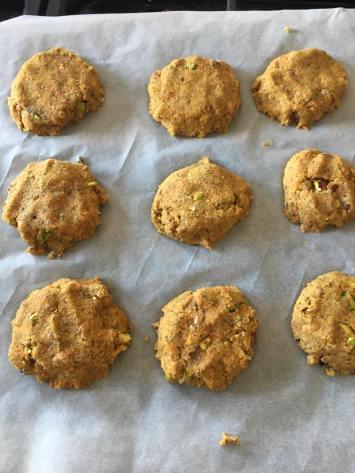 Wortelkoekjes, Wortelkoekjes zonder suiker, Wortelkoekjes vegan, Wortelkoekjes gezond, Wortelkoekjes recept, Carrot cake cookies, Gezonde wortel koekjes, Recept wortelkoekjes, Pistache koekjes, Pistache koekjes maken, Pistache koekjes maken, Organic Happiness, Biologisch, Biologische Foodblog