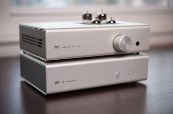 Schiit Audio의 DAC(Bifrost)과  헤드폰 앰프(Valhalla): 대부분의 DAC은 헤드폰 앰프가 내장되어 있다.