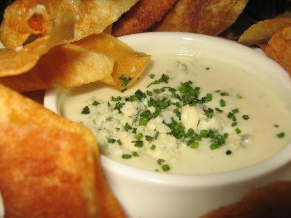 Receta de dip de cebollita china y queso roquefort.