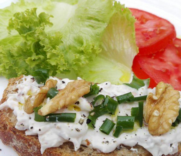 Sánduche en pan artesanal con queso crema y nueces
