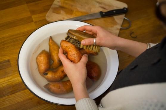 Süßkartoffel waschen