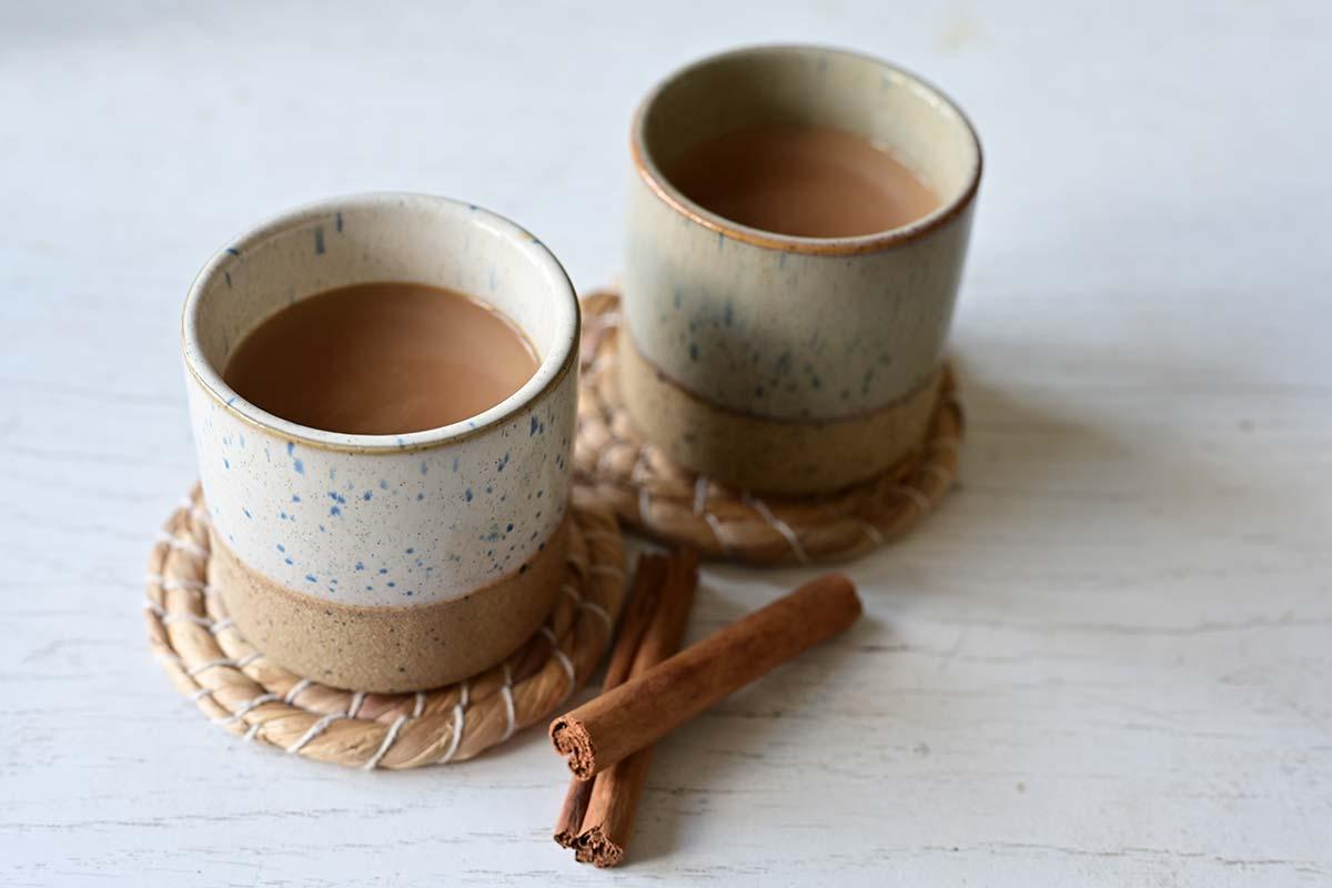Zwei Tassen Chai Tee mit Zimt