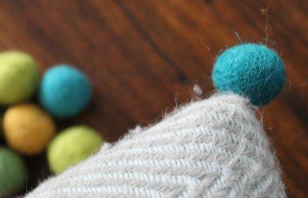 Adding feltpompoms to cushions - OrganisingChaosBlog