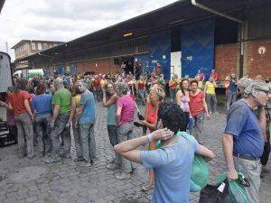Bild: Die Teilnehmer holen ihre Sachen zum Duschen ab.