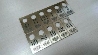 Гардеробные номерки из двухслойного золотого пластика