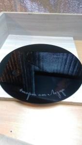 Черная подставка под торт с гравировкой