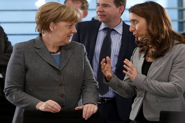 German Chancellor Angela Merkel (L) listens to German Federal Commissioner for Migration Aydan Ozoguz ahead of a meeting with NGOs working with migrants in Germany at the Chancellery in Berlin, Germany, April 8, 2016.    REUTERS/Fabrizio Bensch