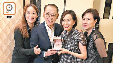 毛舜筠加盟英皇楊受成送鑽鏈歡迎 - 東方日報