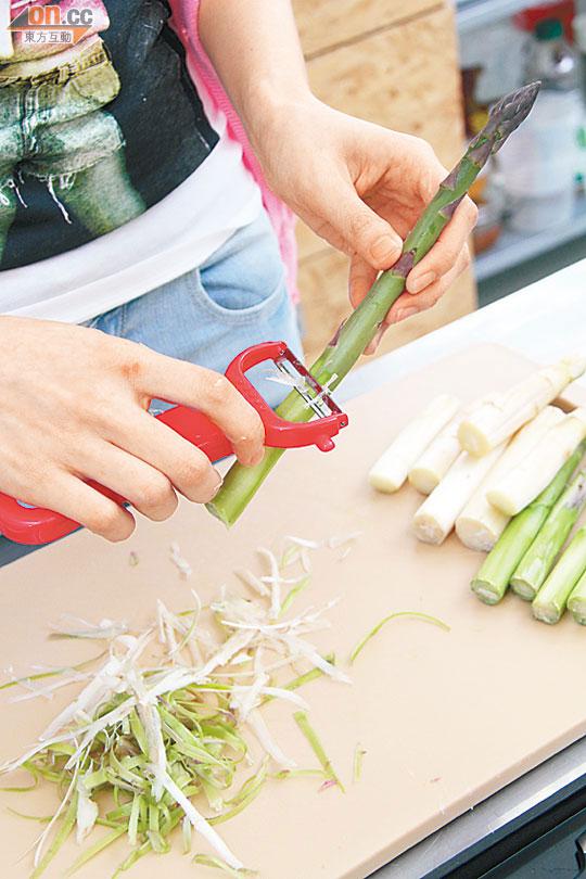 當靚女型廚遇上當造白蘆筍 - 東方日報