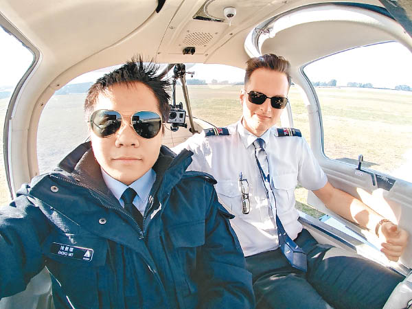 模擬飛行訓練增進航空知識 - 東方日報