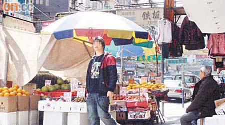 攤檔阻街食署推搪執法 - 東方日報
