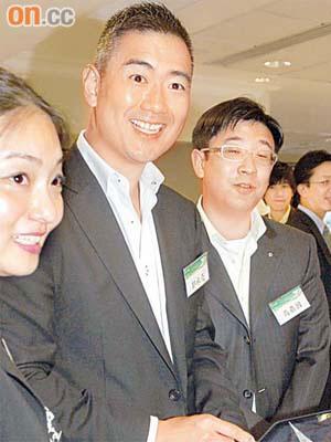 政情:郭永亮曾智雄玩iPad曬幸福 - 東方日報