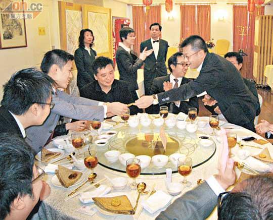 中環出更:中總青委團拜 奶茶代酒 - 東方日報