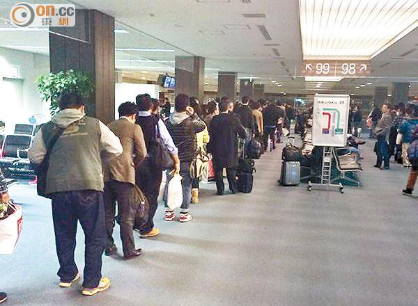 落難東京港人遭警驅趕 - 東方日報