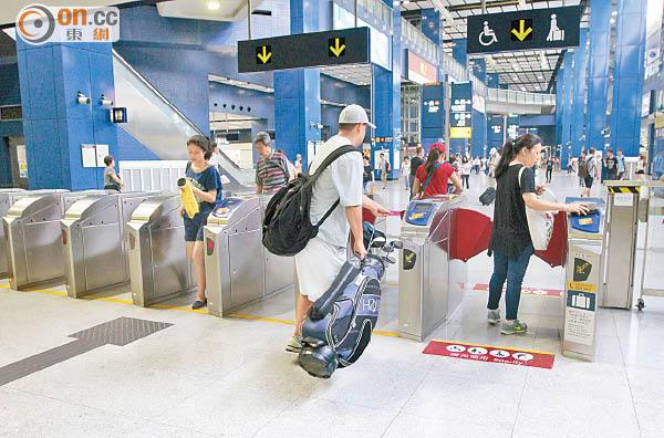 大圍站屢放行大型行李客 - 東方日報